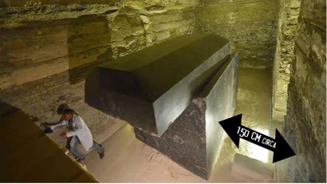 謎の黒い御影石の石棺